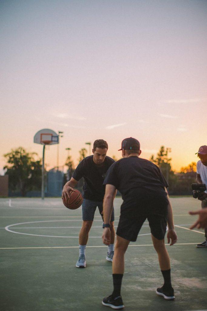 Memegang bola basket dengan meletakkan jari jari tangan pada jalur jola