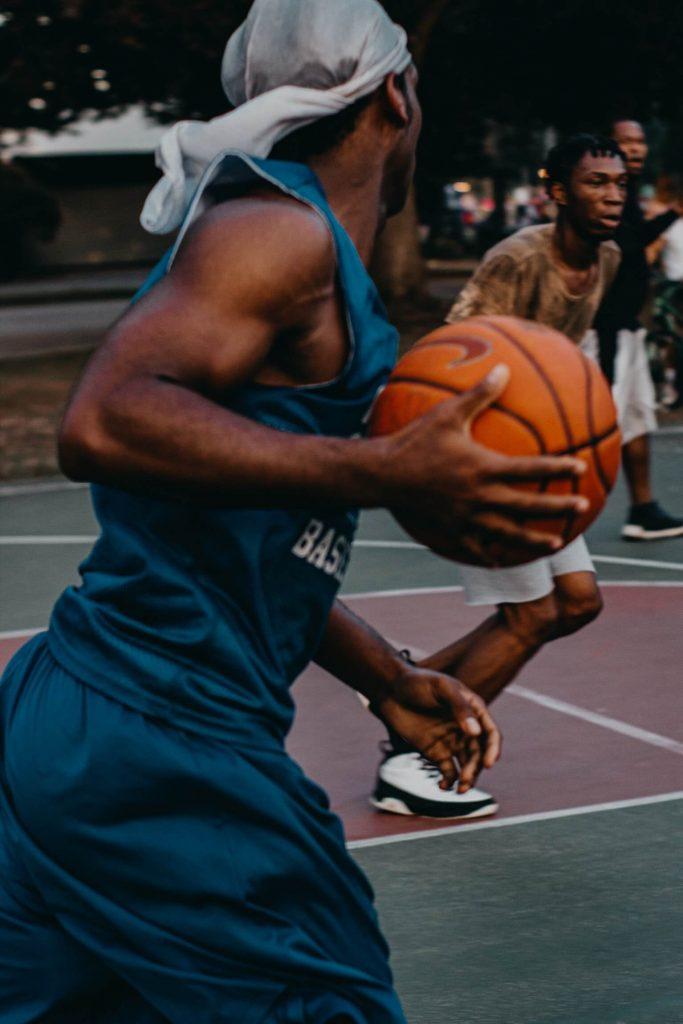 Memegang bola basket seperti membentuk mangkuk besar